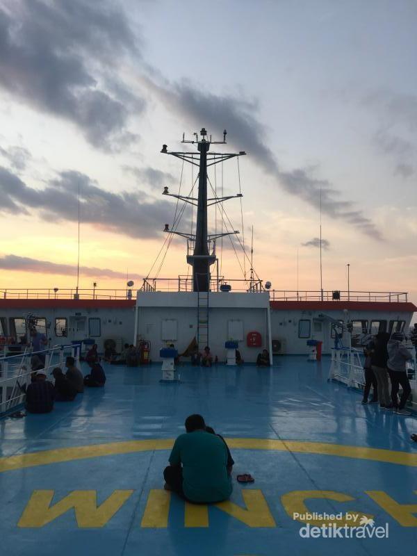 Suasana di atas kapal dalam pelayaran