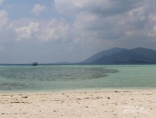 Selain itu traveler juga bisa mengunjungi pantai-pantai yang cantik.