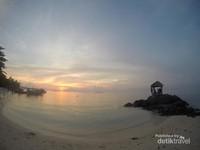 Salah satu pantai untuk menikmati sunset di Karimun Jawa adalah pantai batu topeng
