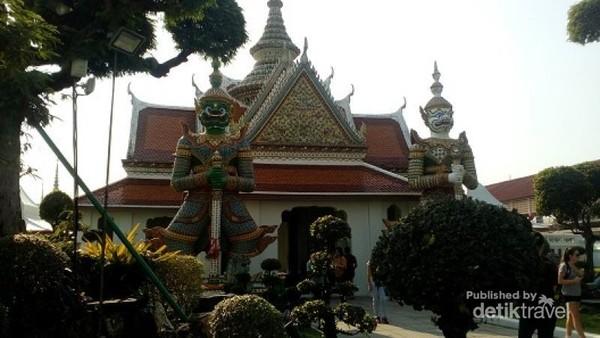 Patung berukuran raksasa dalam kompleks Wat Arun