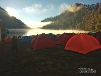 Tenda-tenda yang menjadi saksi keindahan ranu kumbolo.