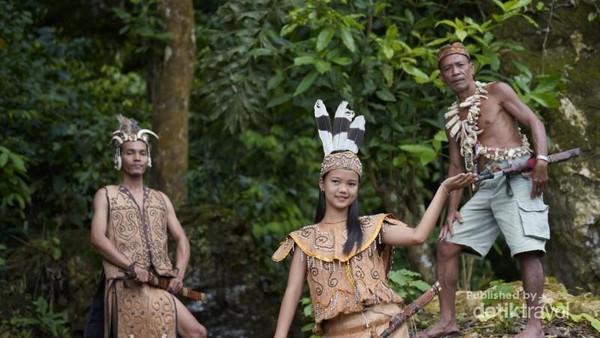 Baju Adat Suku Dayak Liyu di Kecamatan Halong, Kabupaten Balangan, Kalimantan Selatan.