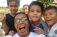 Penulis bersama anak-anak dari Suku Dayak Liyu, di Kecamatan Halong, Kabupaten Balangan, Kalimantan Selatan.