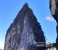 Bukit marmer ini bisa menjadi pilihan bagi kalian yang ingin mengambil gambar dengan berlatar bukit batu.
