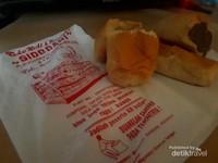 Setidaknya ada 30 varian rasa yang ditawarkan oleh toko ini dan itu termasuk roti tawar dan roti lima rasa