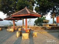 Gazebo tempat melihat pemandangan  ke arah Gunung Merapi dan Gunung Merbabu