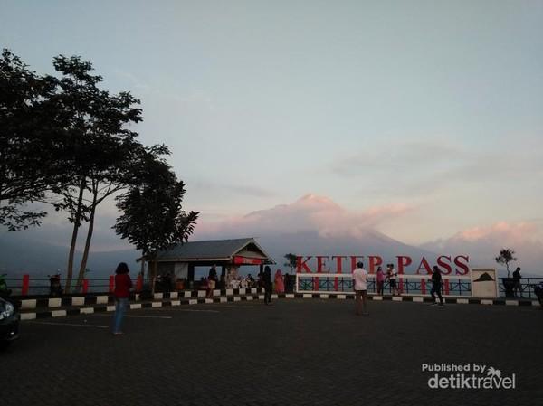Banyak wisatawan yang mengabadikan pemandangan senja di Ketep Pass
