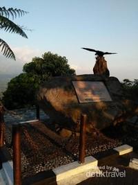 Batu prasasti ini menandakan peresmian Ketep Pass oleh Presiden Megawati Soekarnoputri