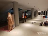 Karena keterbatasan tempat, bagi yang ingin sholat bisa dilakukan di lorong.