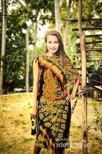 Perempuan Timor Tengah Selatan dalam balutan kain tenun Khas daerah ini.