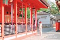 Perempuan khusuk berdoa di shrine Fushimi-Inari, Kyoto.