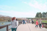 Berbaur berjalan di atas jembatan dengan pemandangan indah bersama penduduk lokal di Hakodate, Hokkaido.