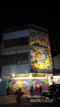 Mural dilukis di pintu-pintu toko dan dinding gedung