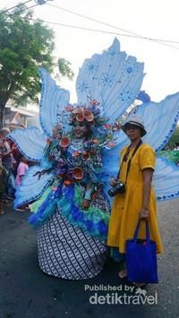 Kay Ganda Philipines, tema dari negara Philipina. Menggunakan biru sebagai dasar warna kostum.