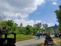 Berjalan menuju Candi Borobudur