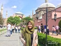 Salah satu spot foto di depan Hagia Sophia
