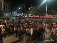 Momen saat kepulangan, warga mengantar hingga pelabuhan