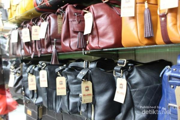 Aneka tas dalam berbagai ukuran dan warna