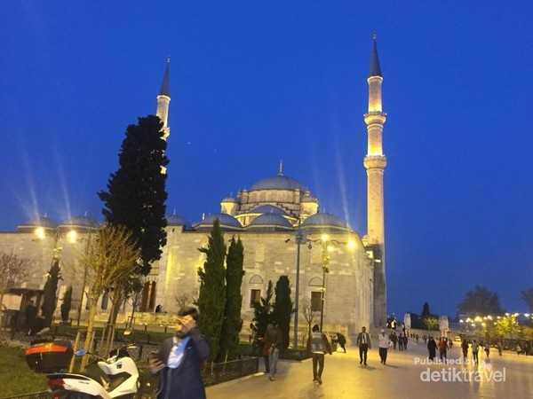 Masjid Al Fatih di kala senja