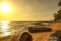 Seorang pria dan anak kecil sedang berjalan di pinggir Pantai Kuri Caddi, Kabupaten Maros, Sulawesi selatan. Pantai ini memiliki pasir putih yang sangat memanjakan mata dan di beberapa lokasi juga terdapat batu-batu karang