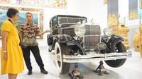 Pemandu museum dapat menjelaskan dengan detail tiap karya. Pengunjung pun mendapatkan informasi lengkap dan detail.