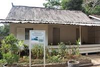 Rumah adat asli masyarakat kampung Pulo.