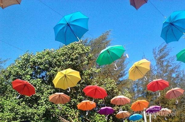 payung warna-warni menghiasi pantai