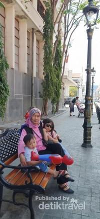 pengunjung dan wisatawan betah berlama-lama dikawasan kota tua karena pedestrian yang sudah diperbaiki