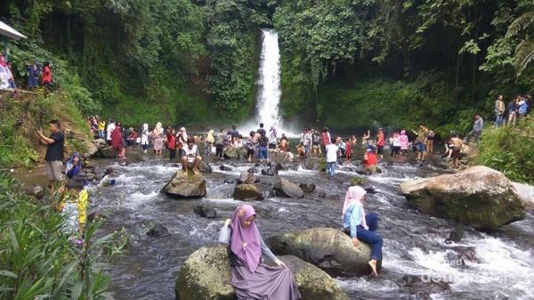 objek wisata air terjun kepahiang dipadati warga yang sedang mandi air terjun