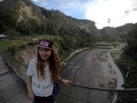 Terdapat Aliran Sungai di tengah Ngarai Sianok