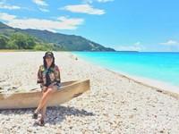 Pantai ini tak terdapat pasir, tapi hamparan bebatuan berwarna-warni yang cantik.