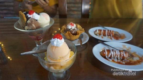 Berbagai pilihan menu es krim tersedia di kafe ini.