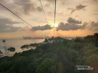 MENIKMATI SUNSET DARI CABLE CAR SINGAPORE. TRANSPORTASI KABEL INI PANJANGNYA 1.650 METER !