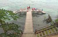 Jalur menuju danau ini sangat mudah, karena sudah ada jembatan penghubungnya.