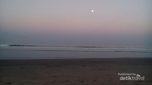 Bulan bersiap pergi di Pantai Kuta di pagi hari