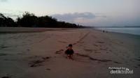 lengang, anak bebas main di Pantai Kuta di pagi hari