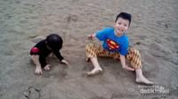 Karena Pantai Kuta di pagi hari masih belum terlalu ramai, anak-anak lebih leluasa main pasir