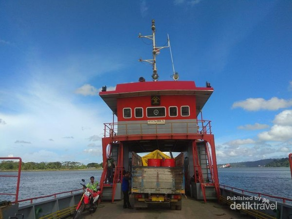Kapal Penyeberangan dari Dermaga Wijaya Pura ke Dermaga Sodong, Pulau Nusakambangan