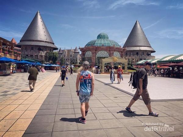 wow ni Eropa atau Vietnam ya? Ba Na Hills merupakan pedesaan Perancis yang tersembunyi di antara pegunungan dekat kota Danang, Vietnam. Disini kamu akan menemukan arsitektur Perancis kuno .