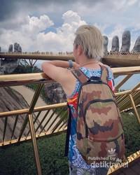 ini salah satu tempat wisata paling paling banyak dikunjungi para turis di Vietnam yaitu Golden Hands Bridge. Tak hanya turis lokal, tapi wisatawan dari berbagai penjuru dunia penasaran dengan jembatan yang sangat ikonik ini.