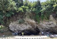 Karang besar berlubang yang merupakan ikon Pantai Karang Bolong Kebumen