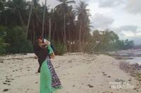Pantai Cukoh yang dikelilingi pohon kelapa