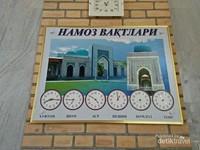 Jadwal waktu shalat yang terpampang di masjid yang berada di kompleks makam Imam Bukhari
