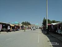 Di kiri kanan jalan menuju komplek makam Imam Bukhari berjejer para pedagang suvenir