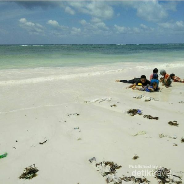 Pantai Pasir Putih Panrang Luhu