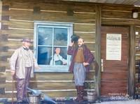 Bahkan pintu kayu di bagian sebelah kanan  lukisan tampak nyara