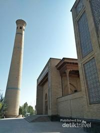Ini adalah bagian depan Masjid Hajrati Imam yang terlihat dari jalan raya