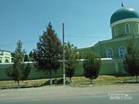 Masjid hijau di pinggir jalan yang tak kalah menarik