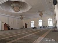 Interior masjid di kompleks makam Imam Bukhori