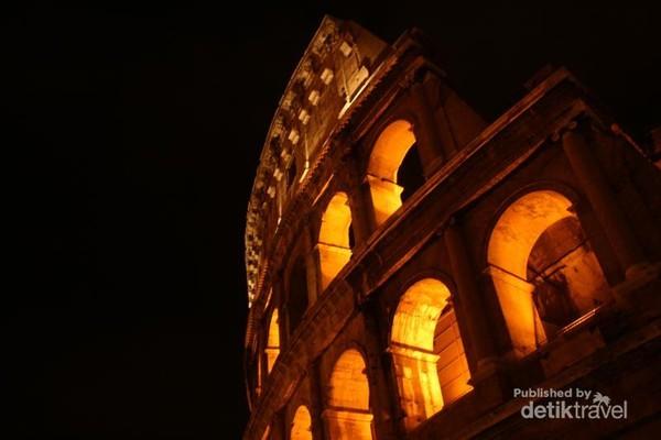 Colosseum di malam hari sangat indah